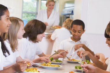 Amplía tus posibilidades laborales: fórmate como monitor de comedor escolar