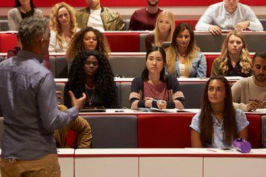 ¿Cómo puedes llegar a ser profesor asociado en la universidad?