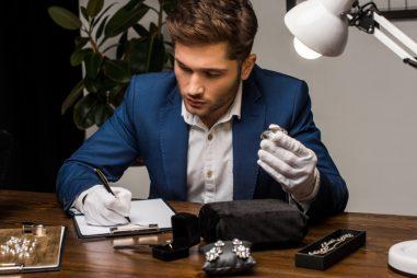 Tasador de gemología y joyería: ¿En qué consiste esta profesión y cómo formarte?
