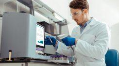 ¿Cuáles son las funciones de un experto en laboratorio clínico y biomédico?